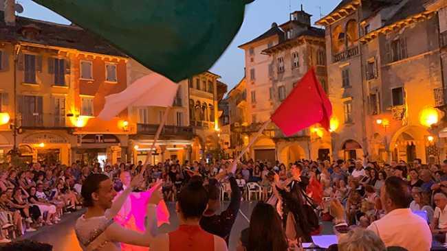 ballo piazza bandiere giovedi