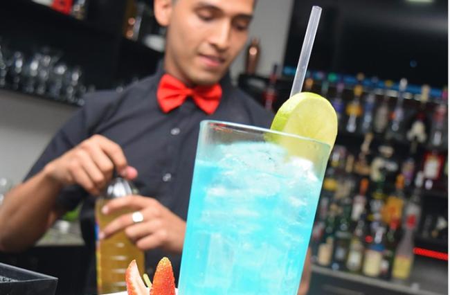 cameriere cocktail azzurro
