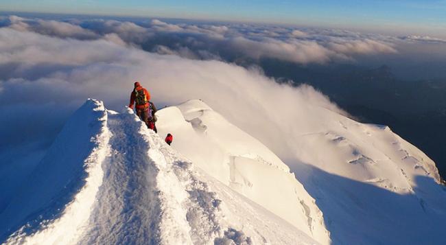 cima montagna neve nuvole panorama