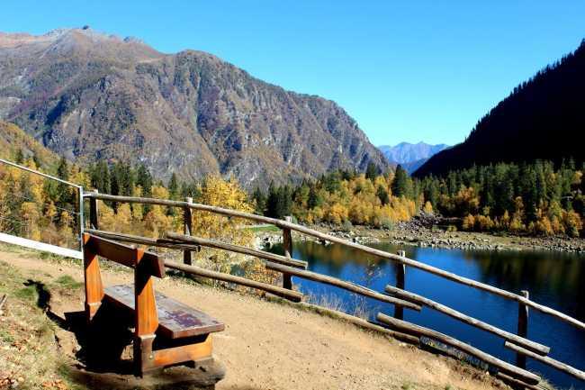 lago antrona autunno ammira il creato