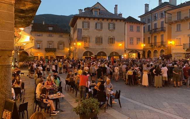 piazza mercatro giovedi estate gente luci