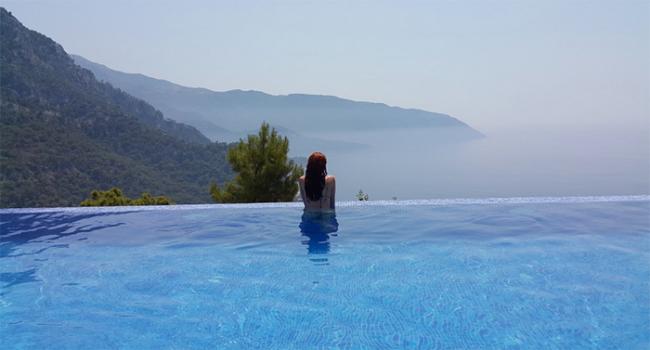 piscina montagna ragazza spalle
